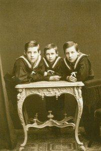 O Nικόλαος στο μέσον της φωτογραφίας με τον αδερφό του και Διάδοχο Κωνσταντίνο δεξιά και τον δευτερο αδέρφο του Γεώργιο. Απουσιάζει απο την φωτογραφία ο τρίτος του αδερφός Ανδρέας.