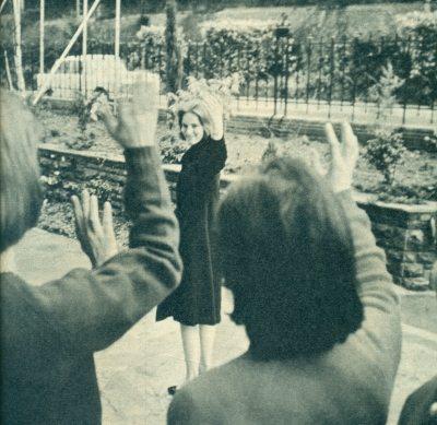 Η Άννα-Μαρία αποχαιρετά τις συμμαθητριές της καθώς εγκαταλείπει το κολλεγιό της στην Ελβετία.