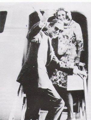 Ο Βασιλέας Κωνσταντίνος με την Βασίλισσα Άννα-Μαρία αναχωρούν για το ταξίδι του μέλιτος.