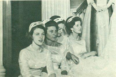 Η Άννα - Μαρία παράνυφος στο γάμο της Πριγκίπισσας Σοφίας με τον Πρίγκιπα Χουάν Κάρλος των Αστουριών.( πρώτη αριστερά).