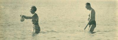 Η Βασίλισσα Ίνγκριντ και ο Βασιλιάς της Δανίας Φρειδερίκος ( το ζεύγος των συμπεθέρων όπως τους ανέφεραν οι Έλληνες δημοσιογάφοι ) απολαυμβάνουν την θάλασσα του Σαρωνικού.