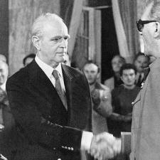 Λίγο πριν το δημοψήφισμα της 8ης Δεκεμβρίου 1974