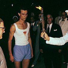 13 Αυγούστου 1960: Ο Διάδοχος Κωνσταντίνος παραδίδει την Ολυμπιακή Φλόγα