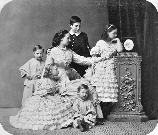 ed3bb41526f0 Η Αλεξάνδρα Ιωσήφοβνα με πέντε από τα έξι παιδιά της. Με τα μαύρα ρούχα ο  Νικόλαος και δίπλα του δεξιά η Όλγα. Αριστερά της Αλεξάνδρας που είναι στο  κέντρο ...