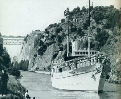 """Η ΒΑσιλική θαλαμηγός """"Ντάνεμπρογκ """" στον Ισμό της Κορίνθου."""