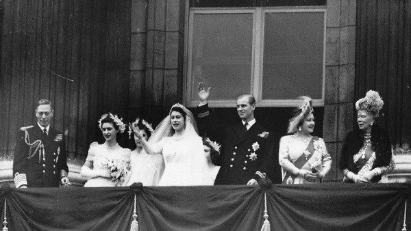 The-royal-party-waves-to-the-crowd-from-the-balcony-of-Buckingham-Palace